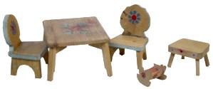 Spielzeug der deutschen Nachkriegszeit - Puppenstubentisch mit Stühlen