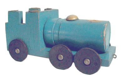 Spielzeug der deutschen Nachkriegszeit - Eisenbahnlokomotive aus Rüstungsteilen und Holz