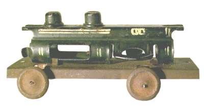 Spielzeug der deutschen Nachkriegszeit - Eisenbahnlokomotive mit Kessel aus Gurtglied Maschinenkanone