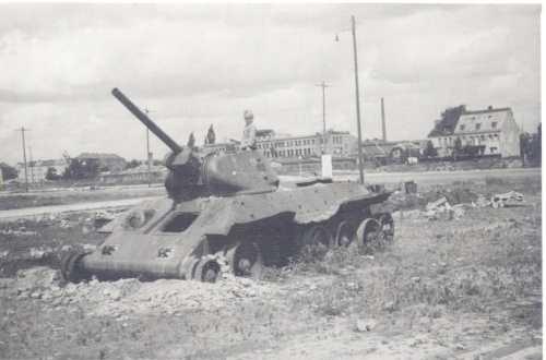 Deutsche Nachkriegszeit, Kind spielt in Panzer
